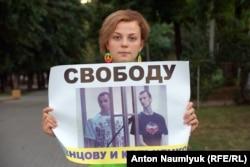 Activista Iana Goncarova demonstrează la Rostov în sprijinul lui Oleg Sențov și Alexander Kolcenko