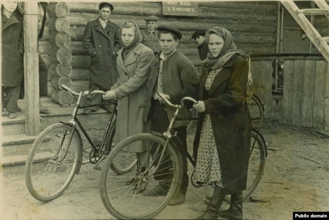 Наріман Гафаров серед двох дівчат із велосипедами. Марійська АРСР, ділянка 52, 1954 рік