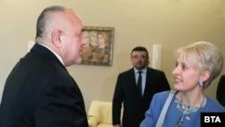 Kryeministri i Bullgarisë, Boyko Borisov (majtas) dhe Emma Hopkins, ambasadorja britanike në Sofje, u takuan të hënën, më 11 shkurt.