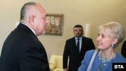 Посол Великобритании в Болгарии Эмма Хопкинс (справа) и премьер-министр Болгарии Бойко Борисов.