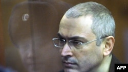 Kremliň ýiti tankyçysy Mihail Hodorkowskä salgyt we maliýe galplyklarynda aýyplama bildirilip, onuň türmä basylmagyny onuň tarapdarly syýasy taýdan matlaply ýörite gurnalan iş diýip hasaplaýarlar.