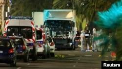 Сотрудники французской полиции на месте кровопролитной атаки в Ницце. 14 июля 2016 года.