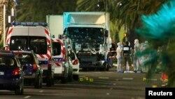Ֆրանսիա - Ոստիկանները բազմության մեջ մխրճված բեռնատարի մոտ, Նիս, 14-ը հուլիսի, 2016թ.