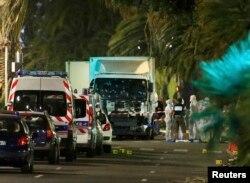 Французская полиция у грузовика, который врезался в толпу людей в Ницце, 15 июля 2016 года