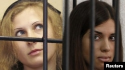 Участницы группы Pussy Riot Мария Алехина (слева) и Надежда Толоконникова.