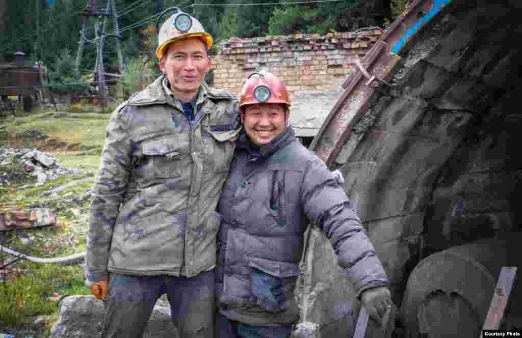 Около 50 местных жителей работают на шахте.