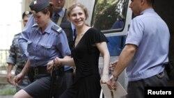 Марию Алехину ведут в суд