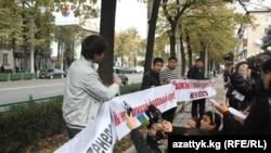 """""""Putin, ia-ţi mâinile de pe Kirghizstan"""""""