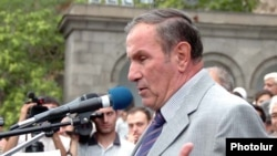 Armenia -- Opposition leader Levon Ter-Petrossian addresses thousands of supporters rallying in Yerevan, 02Jul2009
