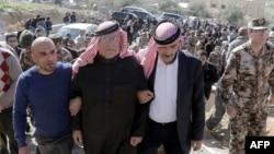 Сафи аль-Касэсбех, отец убитого летчика, в окружении близких. 4 февраля