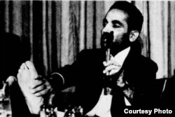 محمدعلی رجایی، از رؤسای جمهور ایران، پای شکنجهشده خود را در سازمان ملل روز میز گذاشت.