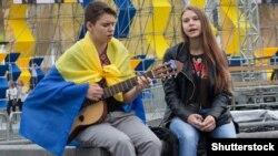 Парень и девушка поют патриотические песни в центре Киева в День Независимости Украины, 24 августа 2016 года