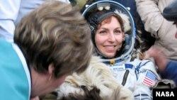 """Америкалық Анушех Ансари әйелдер арасындағы алғашқы """"ғарыш турисі"""" атанды. Қазақстан, 29 қыркүйек 2006 жыл."""