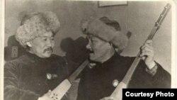 Сүрөттө (солдон оңго карай): Акындар Алымкул жана Калык.