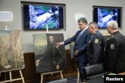 Президент України Петро Порошенко оглядає картини, раніше викрадені у Вероні. 11 травня 2016 року