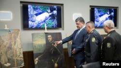 Украинский президент Петр Порошенко (слева) с картинами, украденными в Вероне и обнаруженными в Украине, Киев, 11 мая 2016 года.