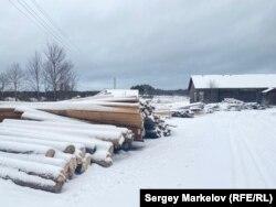 Разобранные декорации лежат под снегом в деревне Шайдома