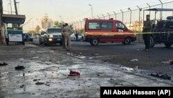 Сотрудники иракских служб безопасности на месте, где произошел взрыв. Багдад, 15 января 2018 года.
