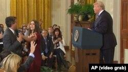 CNN журналисі Джим Акостаның (сол жақта) президент Дональд Трампқа сұрақ қойып жатқан сәті. Вашингтон, 7 қараша 2018 жыл.