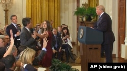 O imagine a incidentului petrecut la conferința de presă a președintelui Trump de la Casa Albă la 7 noiembrie 2018