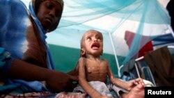 Женщина с семимесячным ребенком ждет медицинской помощи в больнице в Могадишо, столице Сомали. Иллюстративное фото.