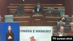 Transparent Hašimovo Kosovo ispred govornice u Skupštini.