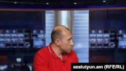 Аналитик Акоп Бадалян в студии «Азатутюн ТВ» (архив)
