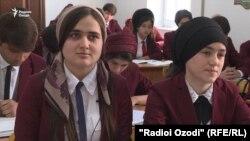 Многие таджикские школьницы мечтают стать учителем или врачом