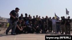 Совместное фото на блокаде, неподалеку от КПВВ «Чонгар» на административной границе с Крымом