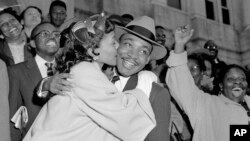 خانم کینگ هنگام بوسیدن شوهرش