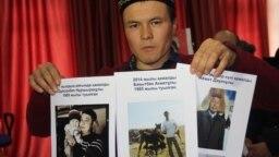 Тлеуберды Ахметулы с фотографиями родственников, которые, по его словам, помещены под стражу в Синьцзяне. Алматы, 20 декабря 2018 года.