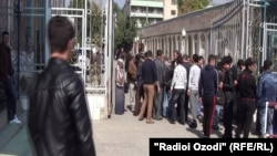 Душанбе мешітінде тексеруден өтіп жатқан адамдар. 10 қазан 2014 жыл