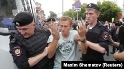 Задержание на митинге в Москве российского оппозиционера Алексея Навального