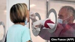 Медицинский работник берет мазок для теста на COVID. Фотография предоставлена итальянским информационным агентством ANSA. 26 июня 2020 года.