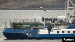Російські слідчі на борту затриманого в гавані Мурманська судна «Арктик Санрайз», архівне фото «Хрінпісу»