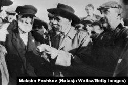 """Максим Горький с рабочими-ударниками на теплоходе """"Абхазия"""", 1930 год"""
