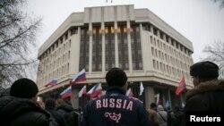 Ресейшіл тұрғындар Қырым парламенті алдында митингі өткізіп тұр. Симферополь, 27 ақпан 2014 жыл.