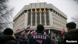 Митинг русскоговорящих жителей Симферополя у здания крымского парламента. 27 февраля 2014 года.