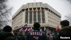 Русия яклы активистлар Кырым парламенты янында. 27 февраль, 2014.