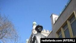 مجسمه یادبود کافکا از نمای نزدیک