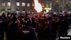 Румунський поліцейський стріляє в повітря під час сутичок з протестувальниками в Бухаресті, 1 лютого 2017 року