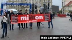 """Aktivisti protesta """"1 od 5 miliona"""" ispred bine u Novom Sadu"""