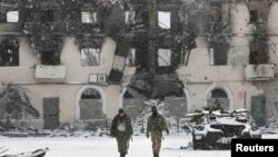 Бойовики угруповання «ДНР» біля зруйнованої внаслідок бойових дій будівлі. Вуглегірськ, 16 лютого 2015 року