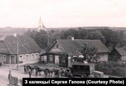 Немцы побач з хатамі габрэяў у цэнтры Крэва, ліпень 1941 году (з калекцыі Сяргея Гапона)