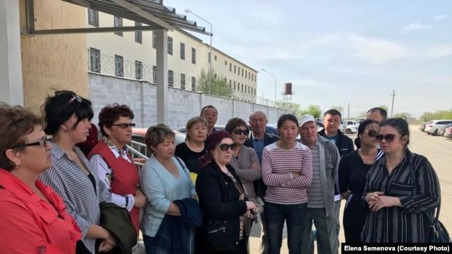 Родственники заключенных возле тюрьмы (ЛА-155/12) в поселке Заречный Алматинской области. Крайняя справа — правозащитник Елена Семенова. 23 апреля 2018 года.