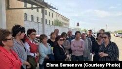 Родственники заключенных возле тюрьмы (ЛА-155/12) в поселке Заречный Алматинской области. Крайняя справа - правозащитник Елена Семенова. Поселок Заречный Алматинской области, 23 апреля 2018 года.