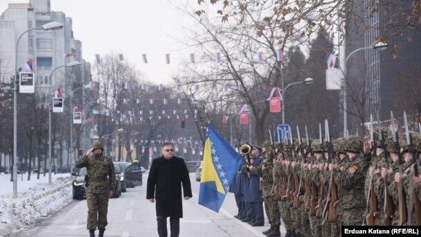 Pripadnici srpske komponente OSBIH, kao prateći bataljon predsjedavajućeg Predsjedništva bili su postrojeni 8. januara tokom polaganja vijenaca na spomenike poginulim pripadnicima Vojske RS