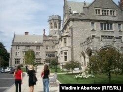 Кампус частной школы для девочек имени Эммы Уиллард в Трое, которую окончила Кирстен Джиллибранд. Наши дни