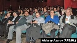 Алдыңғы қатарда отырғандар - Ираннан келген кинематографистер. Алматы, 21 қазан 2014 жыл.