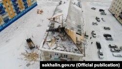Ремонтные работы на крыше дома в Сахалинской области России